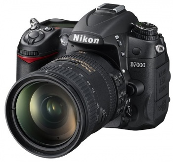 Nikon D7000 Digital SLR Camera with Nikon AF S DX 18-200mm VR II Lens